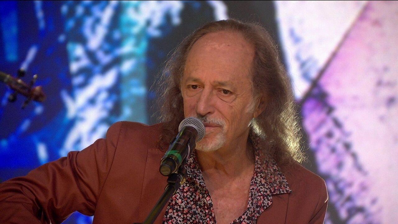 Alceu Valença canta 'Morena Tropicana' no palco do Fantástico