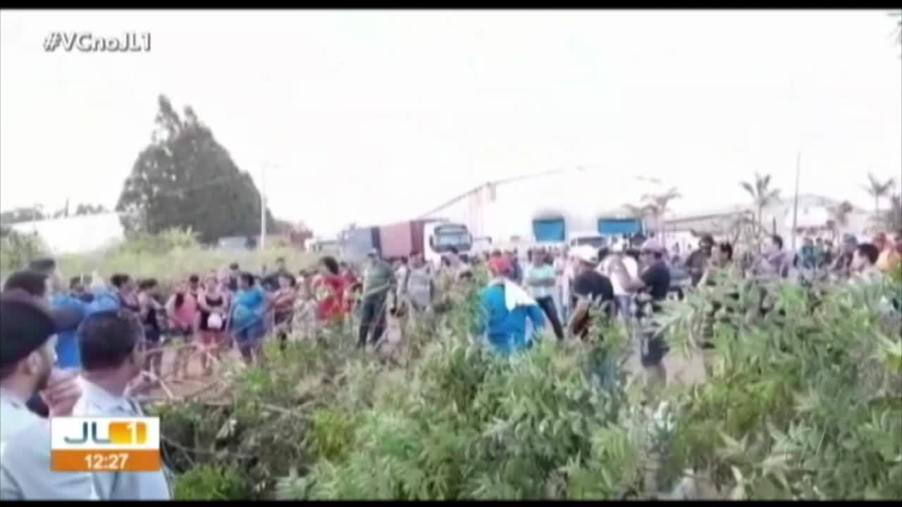 Moradores de Barcarena protestam no trevo do Peteca e cobram melhoria das ruas da cidade