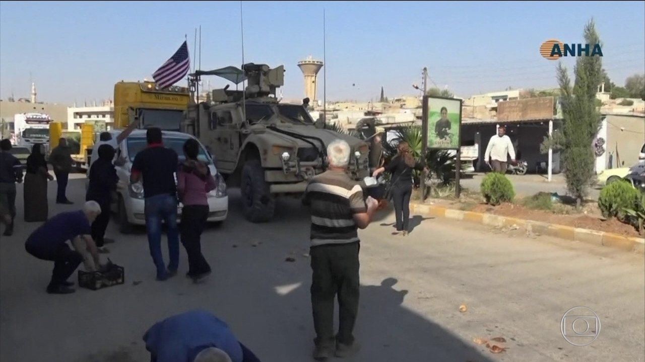 Curdos atiram batatas podres em blindados americanos que se retiraram da Síria