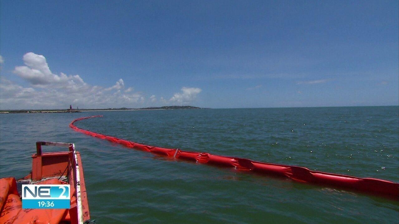 Toneladas de óleo são retiradas por barcos e barreiras são postas no mar de Pernambuco