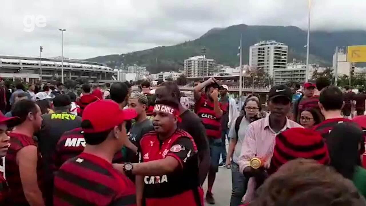 Cambistas oferecem ingresso na saída do metrô do Maracanã