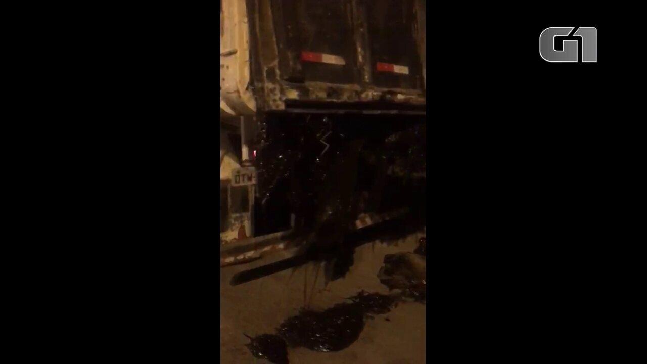 Vídeo mostra óleo recolhido em praias em Paulista caindo de caminhão