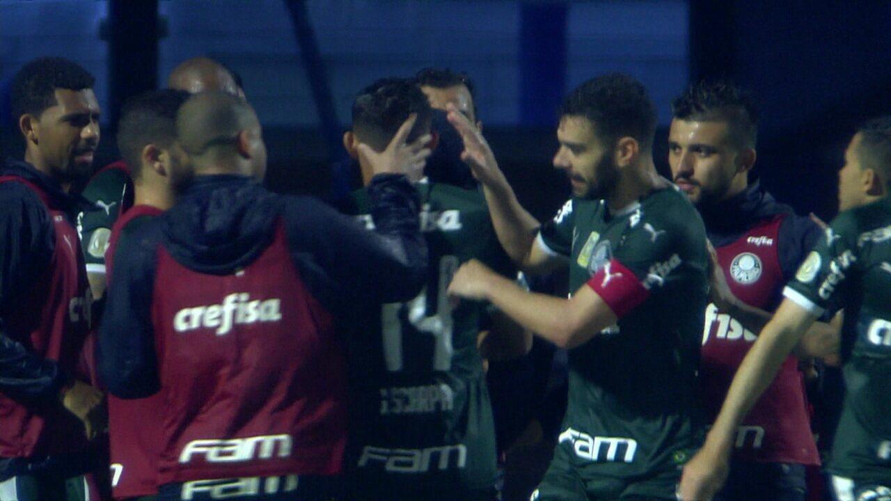 Juiz marca pênalti em Deyverson com auxílio do VAR, e Scarpa marca para o Palmeiras