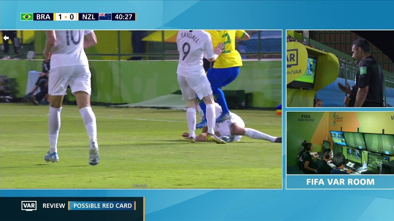 Yan dá um pisão na coxa de Garbett, árbitro revisa VAR e expulsa o jogador brasileiro, aos 39' do 1º tempo