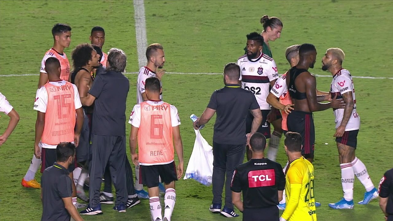 Arão e Gabigol se desentendem no final da partida e Jorge Jesus chega para tentar separar
