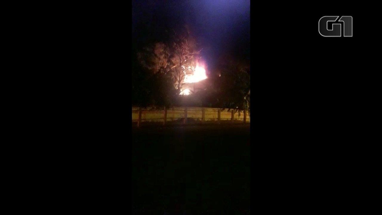 Incêndio provocou explosão em oficina mecânica em Santa Cruz do Rio Pardo; vídeo
