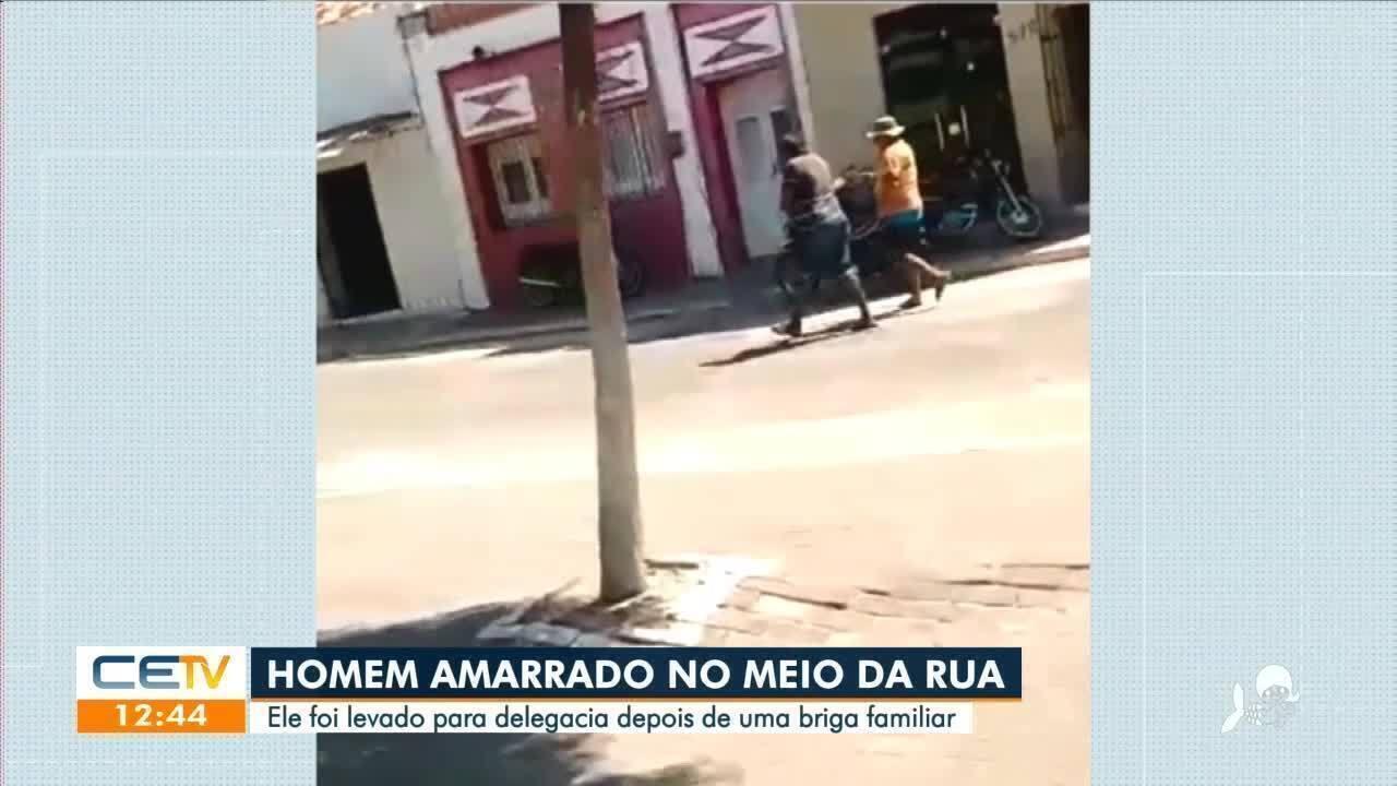 Homem é amarrado na rua e levado pra delegacia por casa de briga familiar