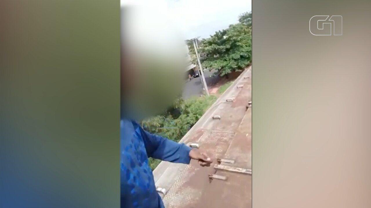 Homem corre e pula vagões de trem em movimento em Mirassol; vídeo