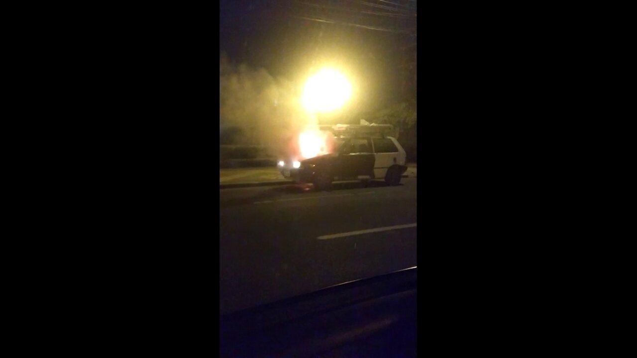 Carro pega fogo na Ponte do Limoeiro, no Centro do Recife