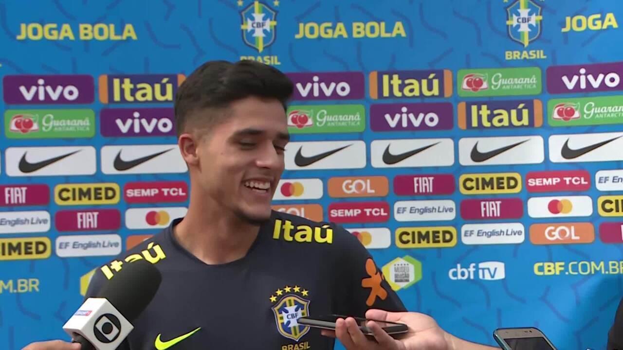 Backdrop cai em cima de Yan no meio de entrevista pelo Brasil sub-17