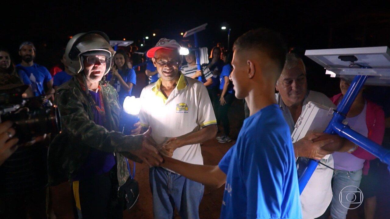 Rogério conhece a ONG Litro de Luz, que ajudou a iluminar mais casas e ruas