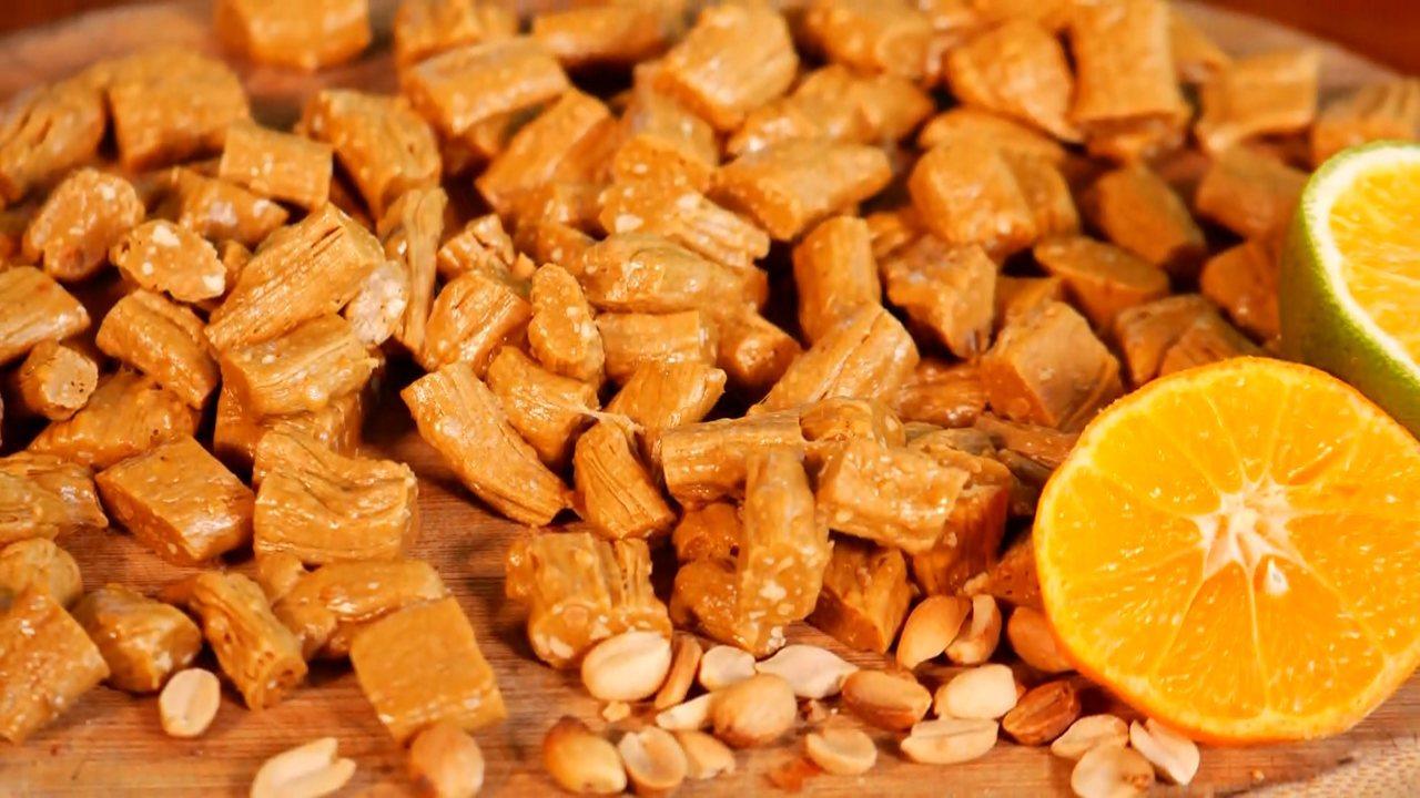 Aprenda a fazer bala puxa-puxa de cana de açúcar com amendoim