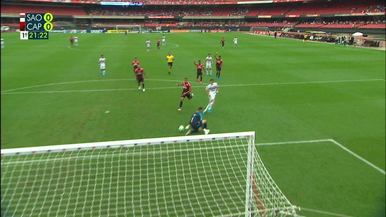 Vitor Bueno deixa Pablo na cara do gol, e Santos faz a defesa, aos 21' do 1º tempo