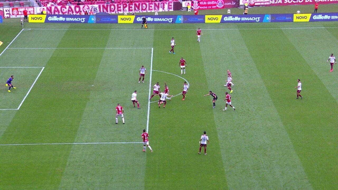 Muriel se machuca em dividida com Guerrero, em gol anulado por impedimento