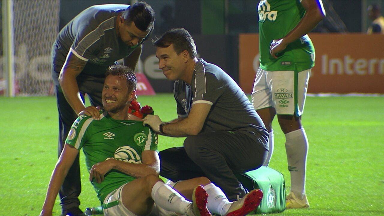 Rafael Pereira sofre falta, sente dores no ombro e recebe atendimento, aos 29' do 2º tempo