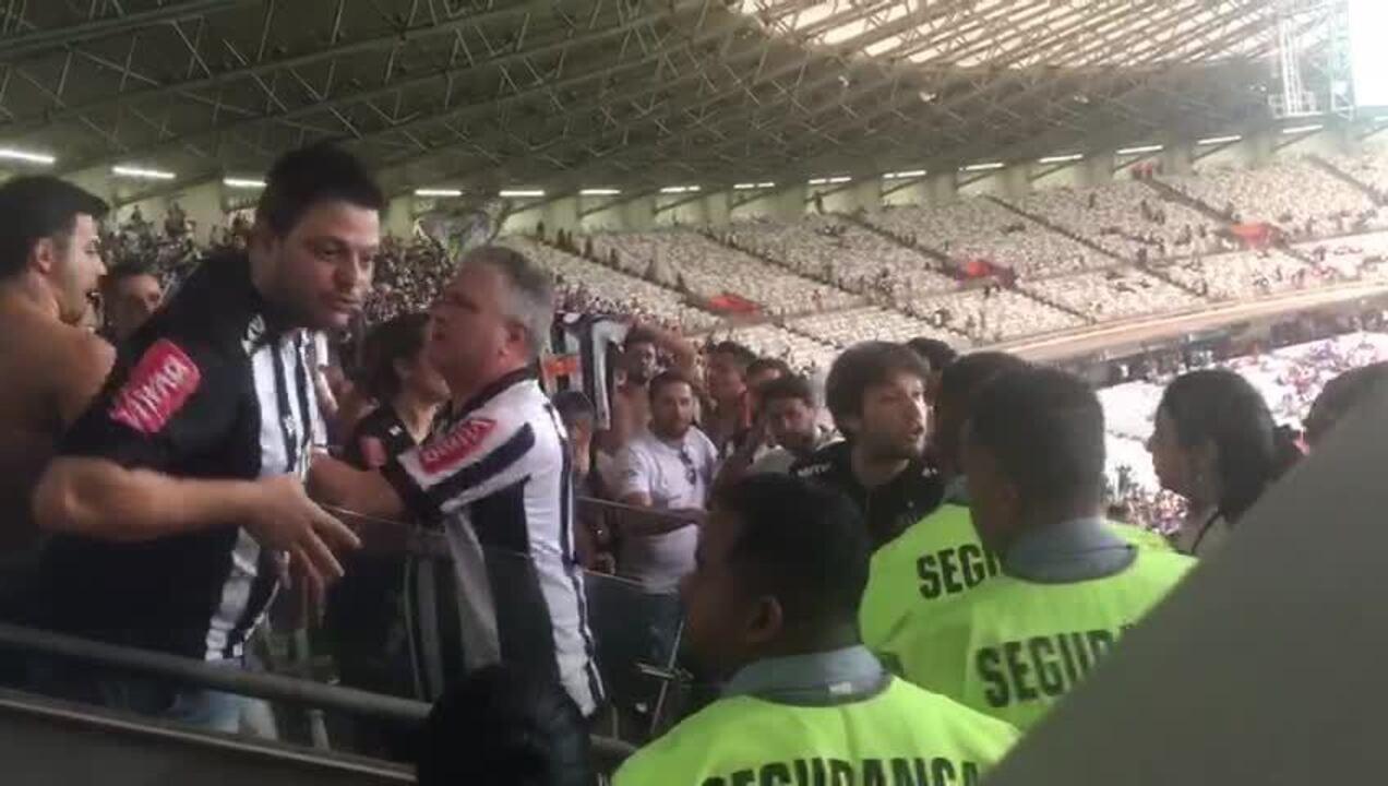 """Torcedor do Atlético-MG comete injúria racial contra segurança: """"Olha a sua cor"""""""