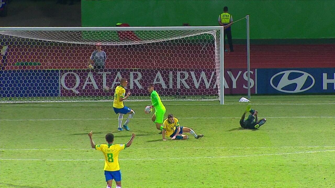 Defendeu! Donelli faz bela defesa depois que Gnonto sai na cara do goleiro brasileiro, aos 36 do 2º tempo