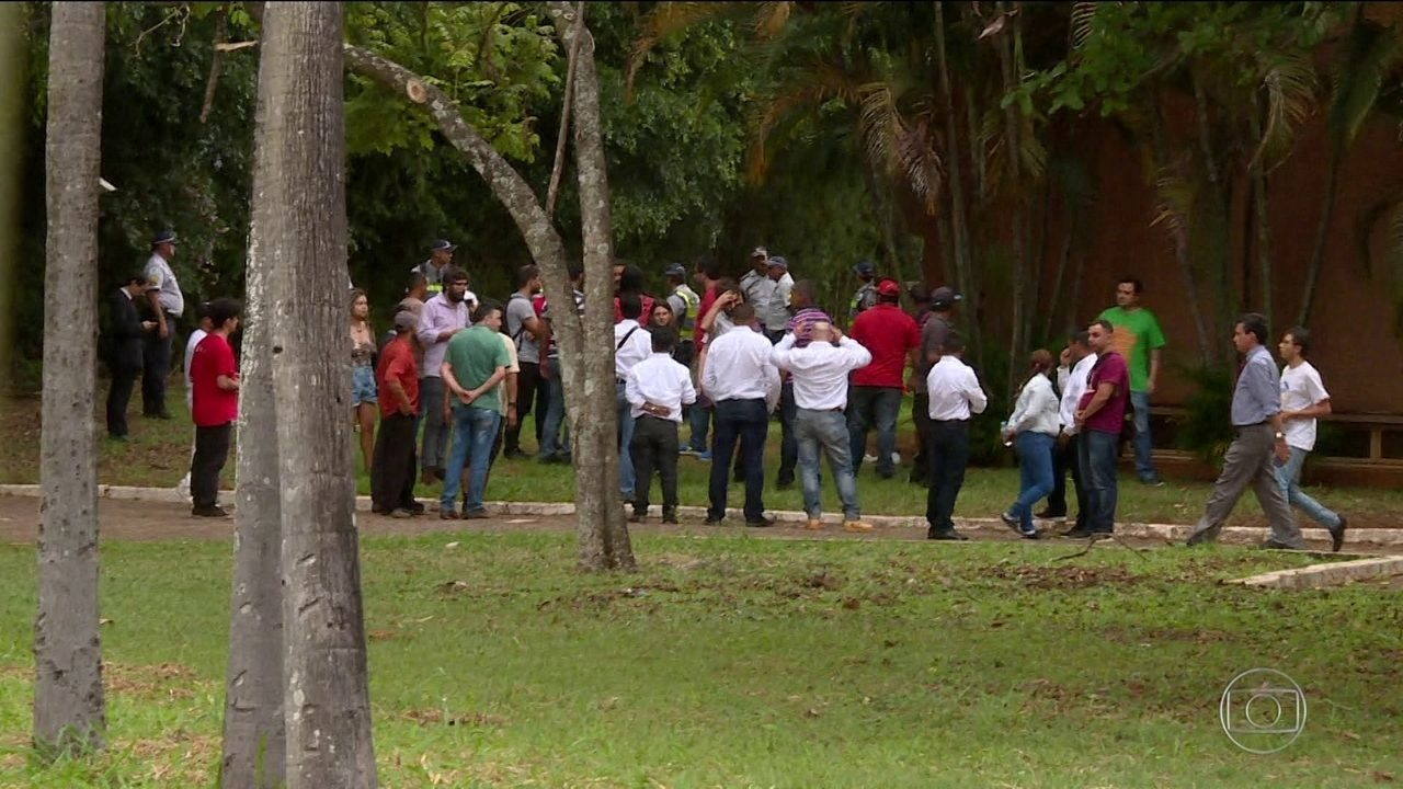 Apoiadores do líder da oposição Juan Guaidó invadem embaixada da Venezuela em Brasília