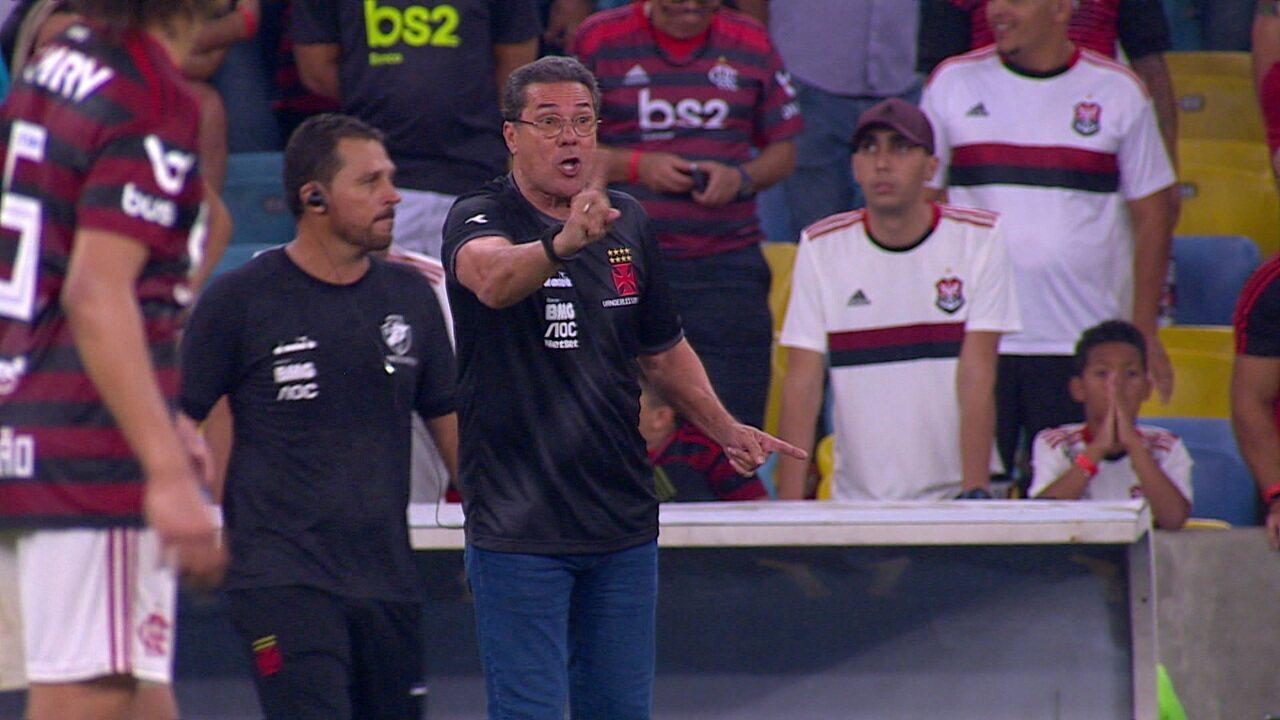 """Luxemburgo reclama de Jesus e grita com o árbitro: """"Ele não pode falar com meu jogador"""", aos 29' do 2º tempo"""