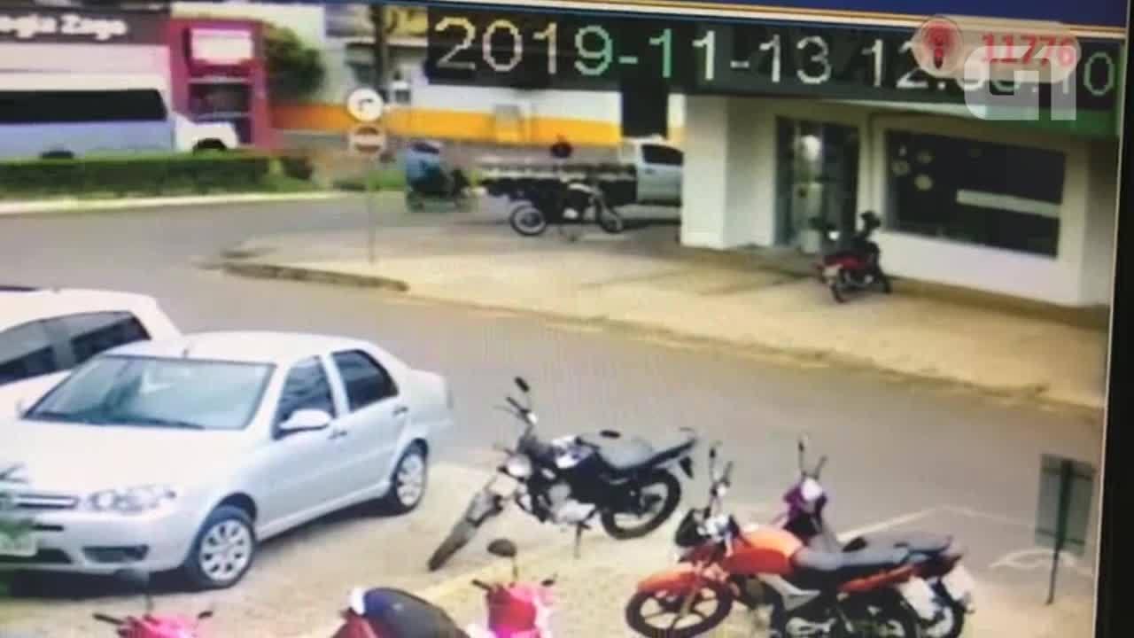 Imagens de câmeras de segurança mostram a ação de dois assaltantes em Ariquemes