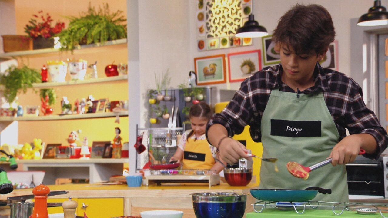 O que tem pro Café da Manhã? - A criançada aprende a fazer panqueca com massa de banana, ovo, aveia e canela ou com massa de bata-doce e ovo. A opção é ótima para começar o dia com energia.