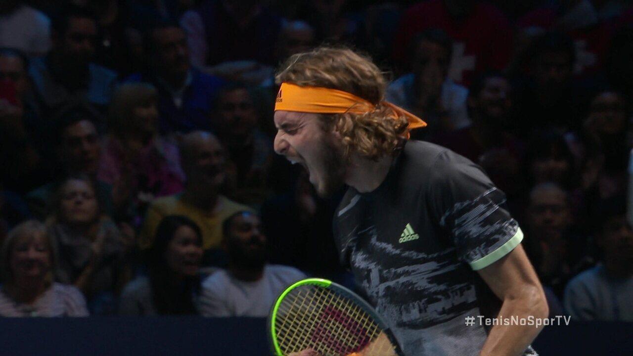 Pressionado, Tsitsipas faz Federer se movimentar no fundo e finaliza com classe o ponto