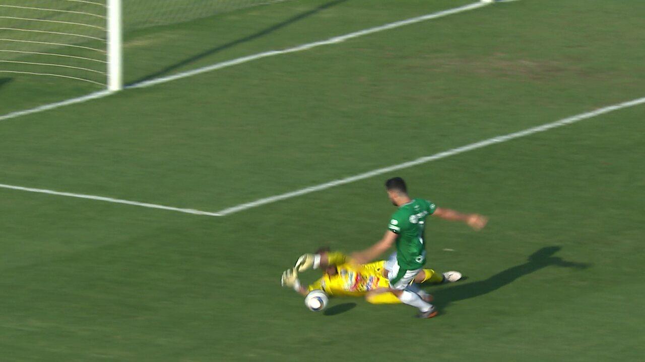 Rondinelly cai na área, e o árbitro marca pênalti para o Guarani aos 32 do 1° tempo