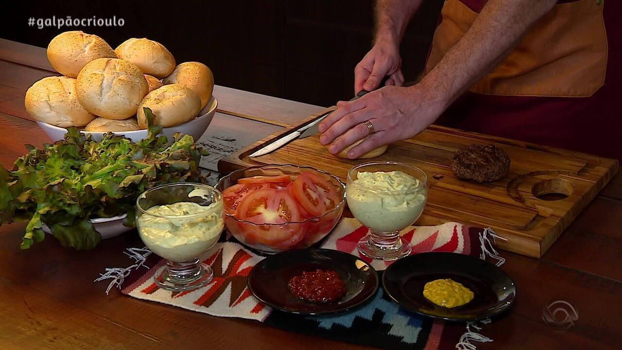 Músicos do Violas ao Sul ensinam a preparar Hambúrguer Gaudério no Cozinha de Galpão
