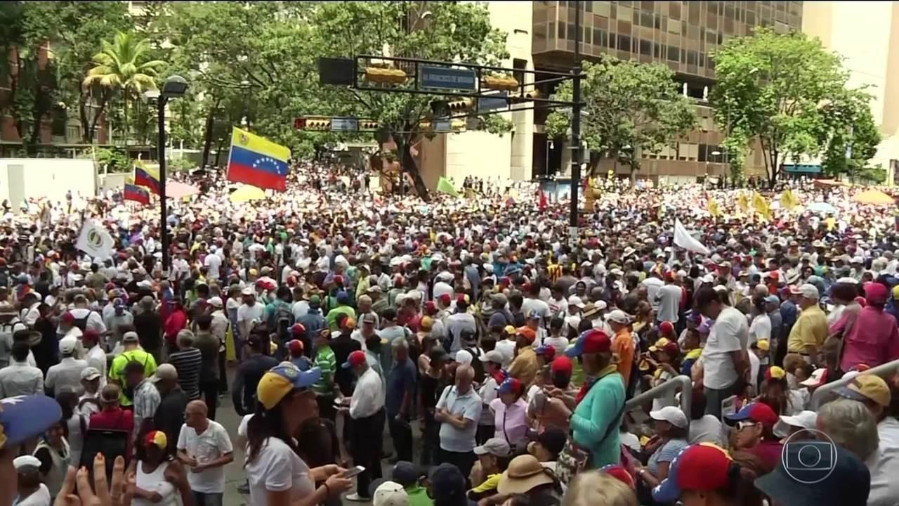 Na Venezuela, manifestantes contrários e a favor do governo de Nicolás Maduro vão às ruas