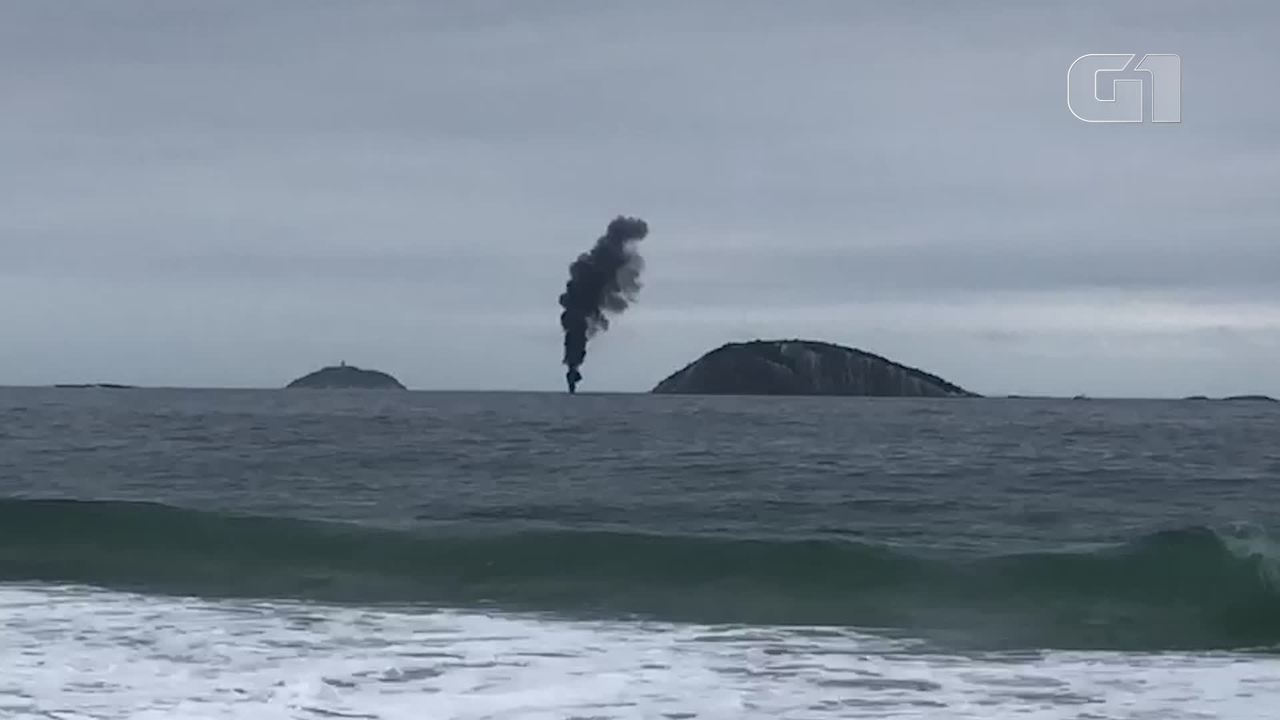 Embarcação pega fogo próximo às Ilhas Cagarras
