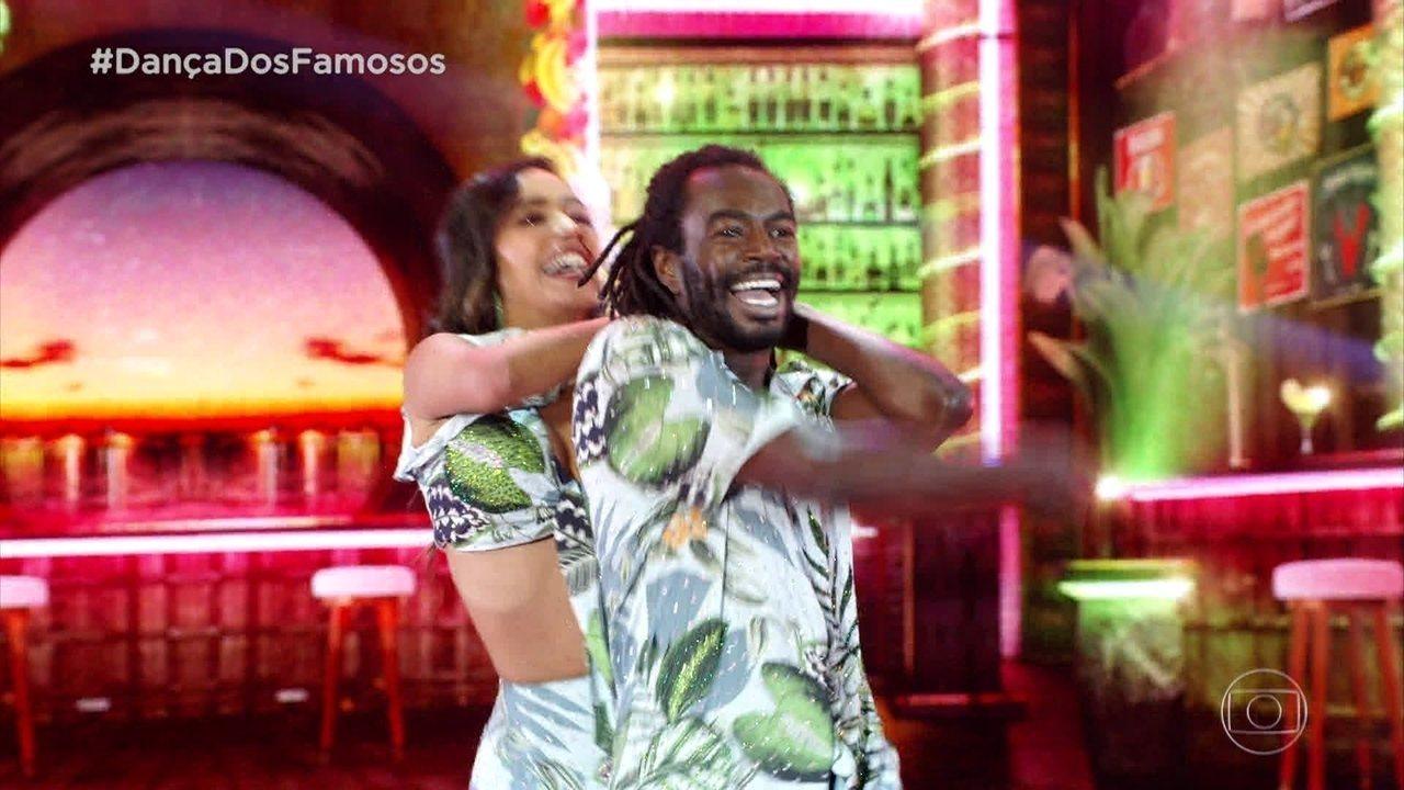 Jonathan Azevedo dança salsa com Tati Scarletti