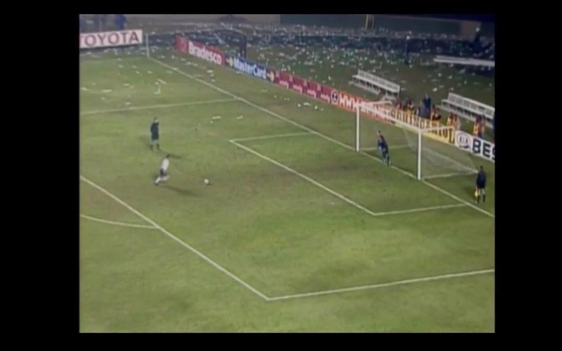 Relembre o épico duelo com o Corinthians, quando Marcos defendeu pênalti de Marcelinho Carioca