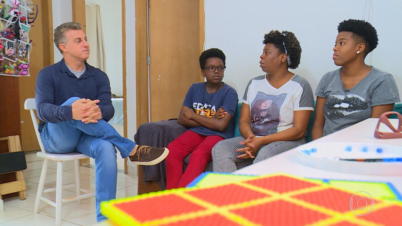 Huck conhece Márcio Júnior, o menino que cria e vende bijuterias de lego