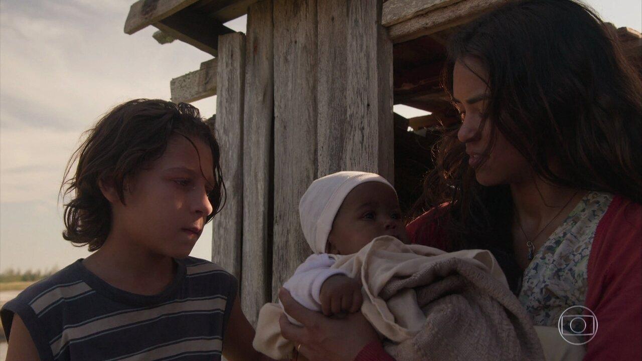 Lurdes foge com os filhos e encontra Camila no caminho