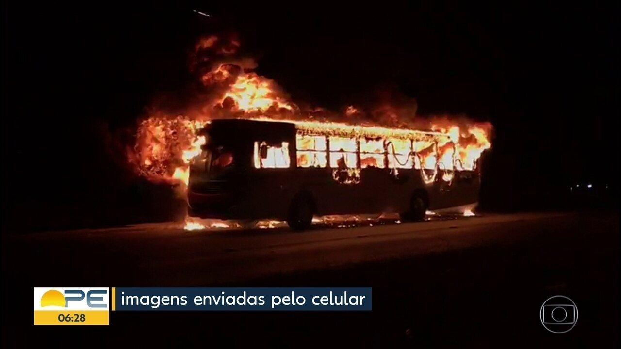 Homens incendeiam ônibus e polícia investiga crime, em Paulista