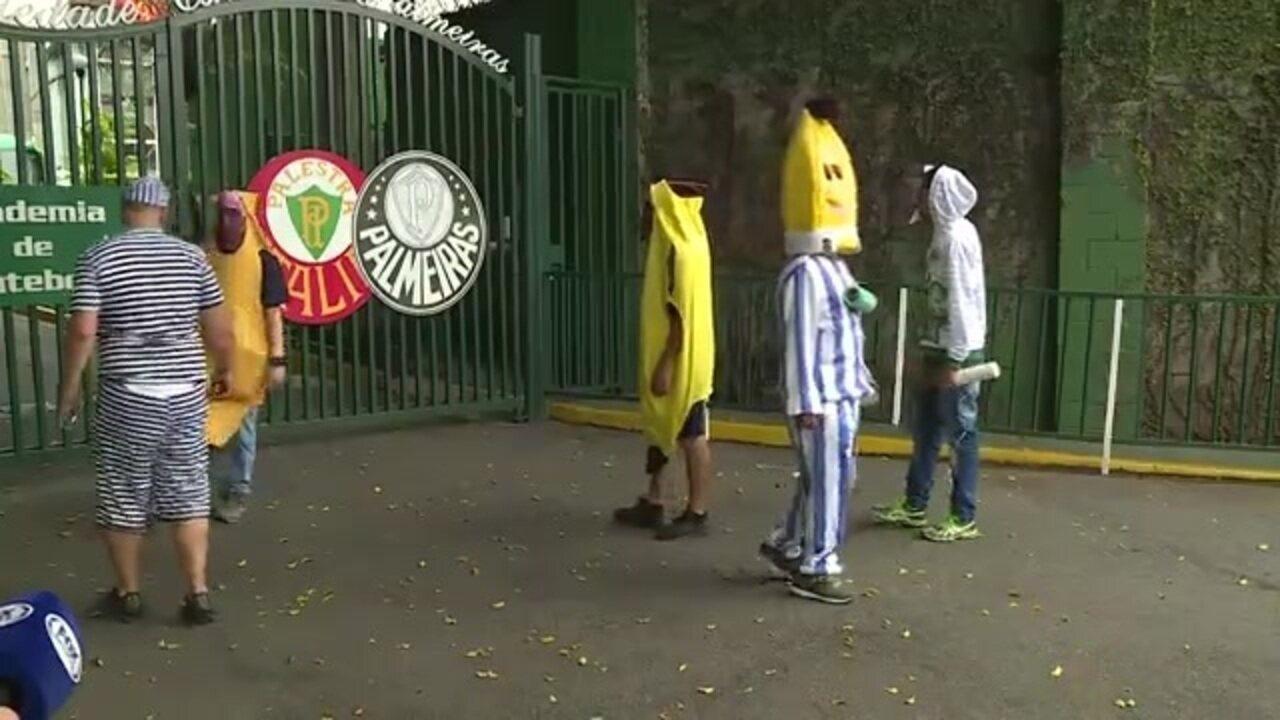 """Com fantasia de """"Bananas de Pijamas"""", torcedores do Palmeiras protestam na porta do clube"""