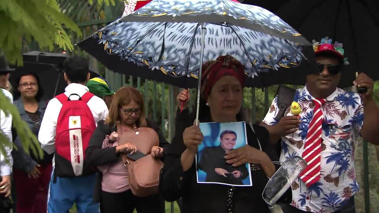 Fãs fazem fila para se despedir de Gugu Liberato na Assembleia Legislativa de SP