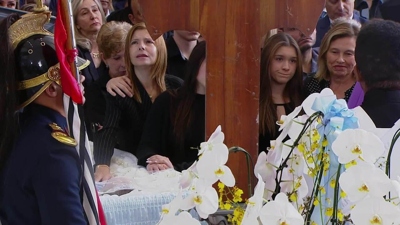 Família de Gugu Liberato faz oração final no velório do apresentador