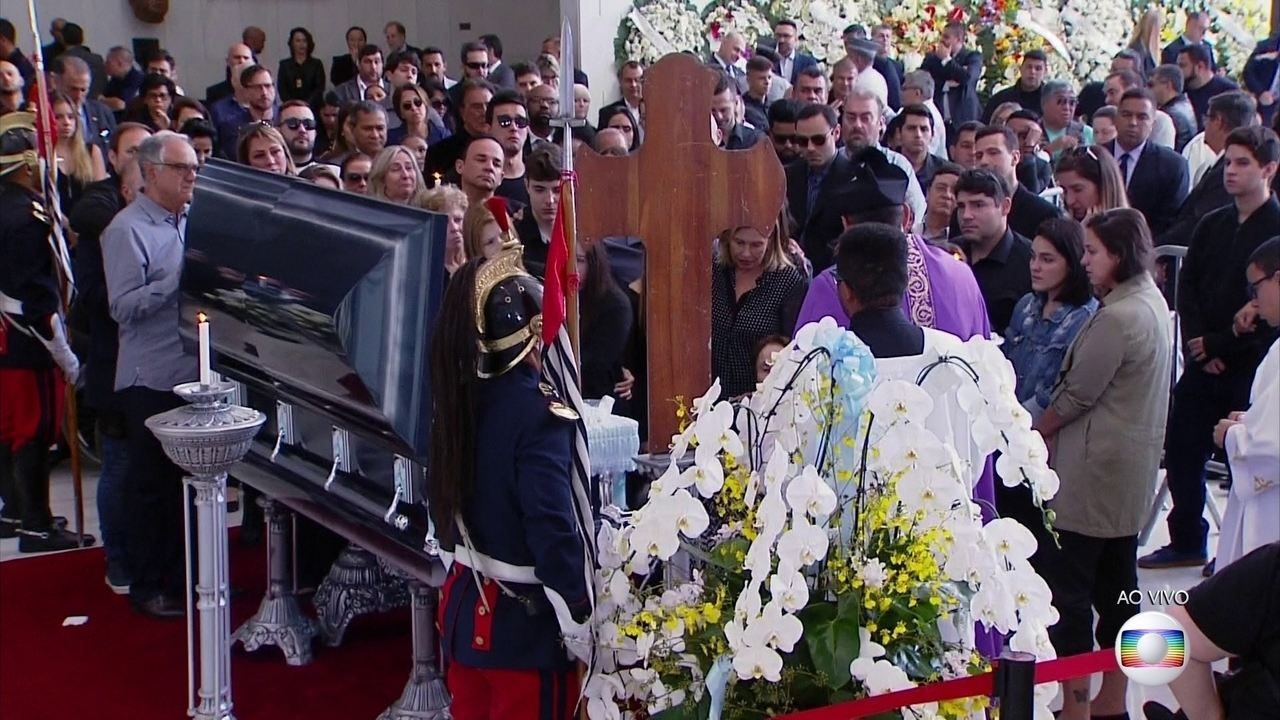 BOLETIM JH: familiares e amigos se despedem de Gugu antes do enterro