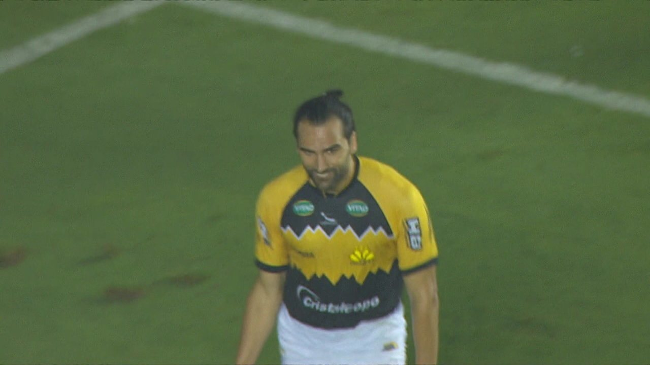 Gol do Criciúma! Andrew invade a área, a bola bate na trave e sobra para Léo Gamalho empatar, aos 10' do 2º tempo