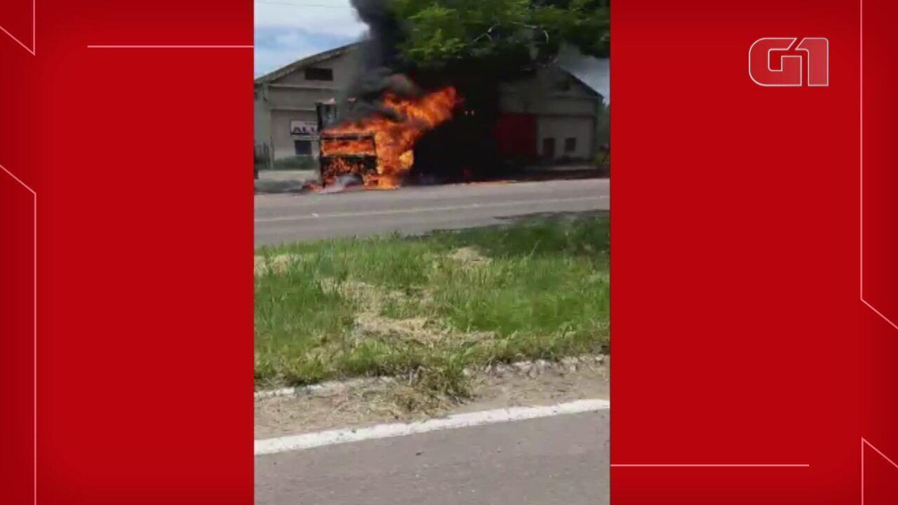 Caminhão carregado com produtos de higiene e limpeza pega fogo em Santa Maria