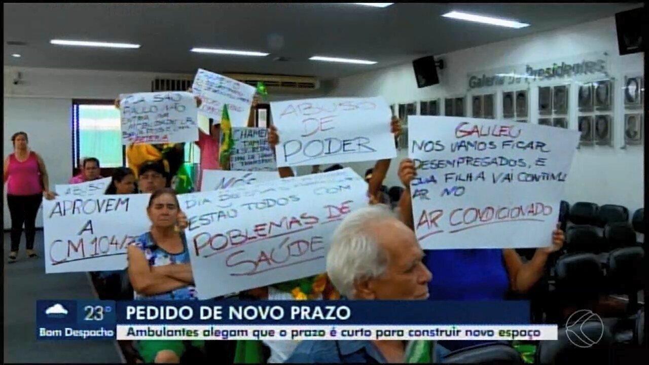 Vendedores que trabalham no camelódromo de Divinópolis protestam na Câmara