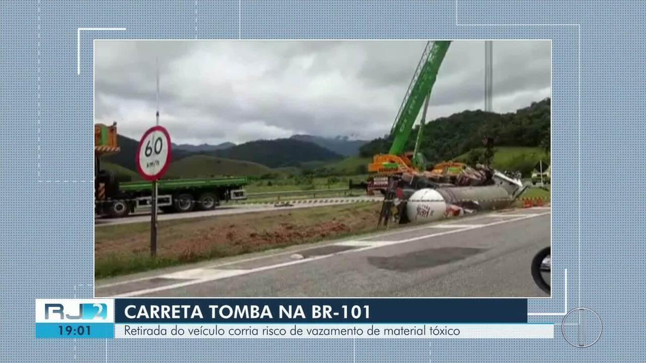 Trânsito fica interditado por três horas para retirada de carreta que tombou na BR-101