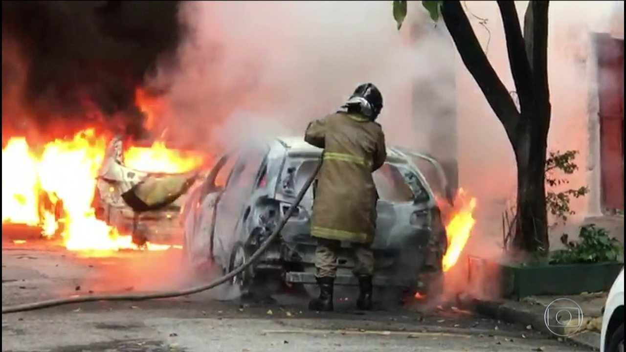 Carros são incendiados na Zona Norte do Rio de Janeiro