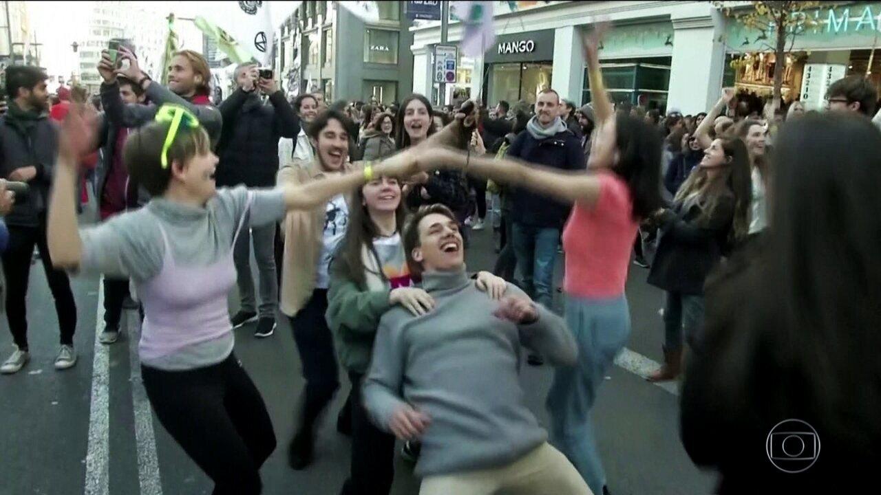 Centenas bloqueiam rua importante de Madri durante cúpula do clima da ONU