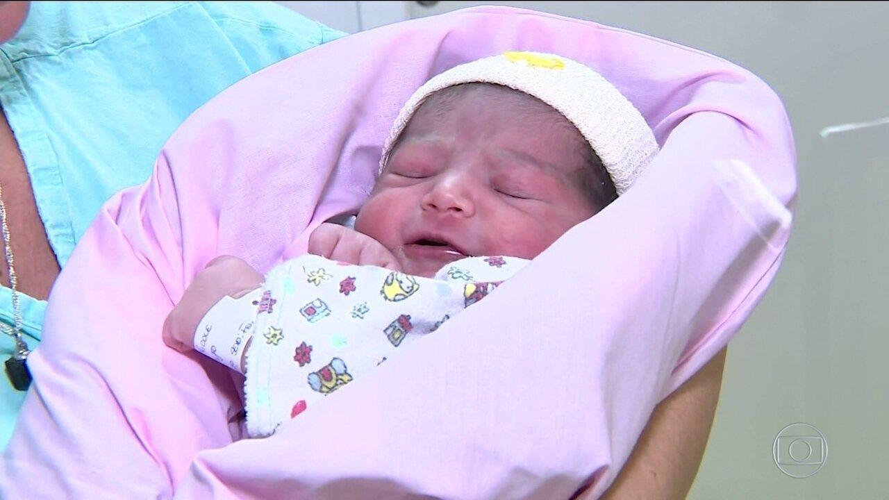 Bebê nasce durante voo e 'força' pouso de emergência em Porto Alegre