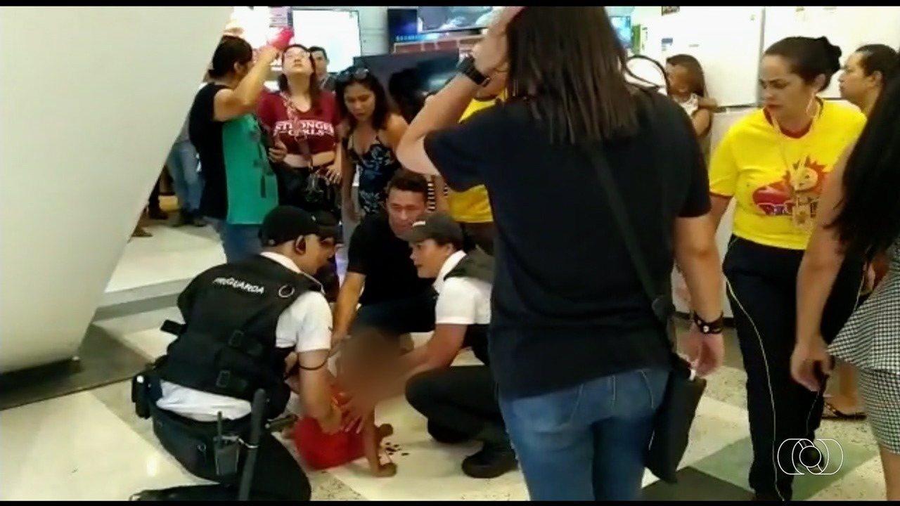 Criança cai de escada rolante em shopping de Aparecida de Goiânia
