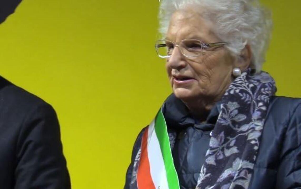 Milhares de pessoas se reúnem em Milão ao redor de uma sobrevivente do Holocausto