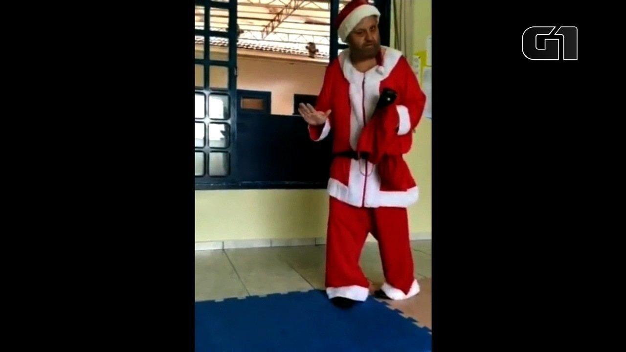 César Adriany se veste de papai Noel todos os anos para visitar escolas em Garuva, Santa Catarina