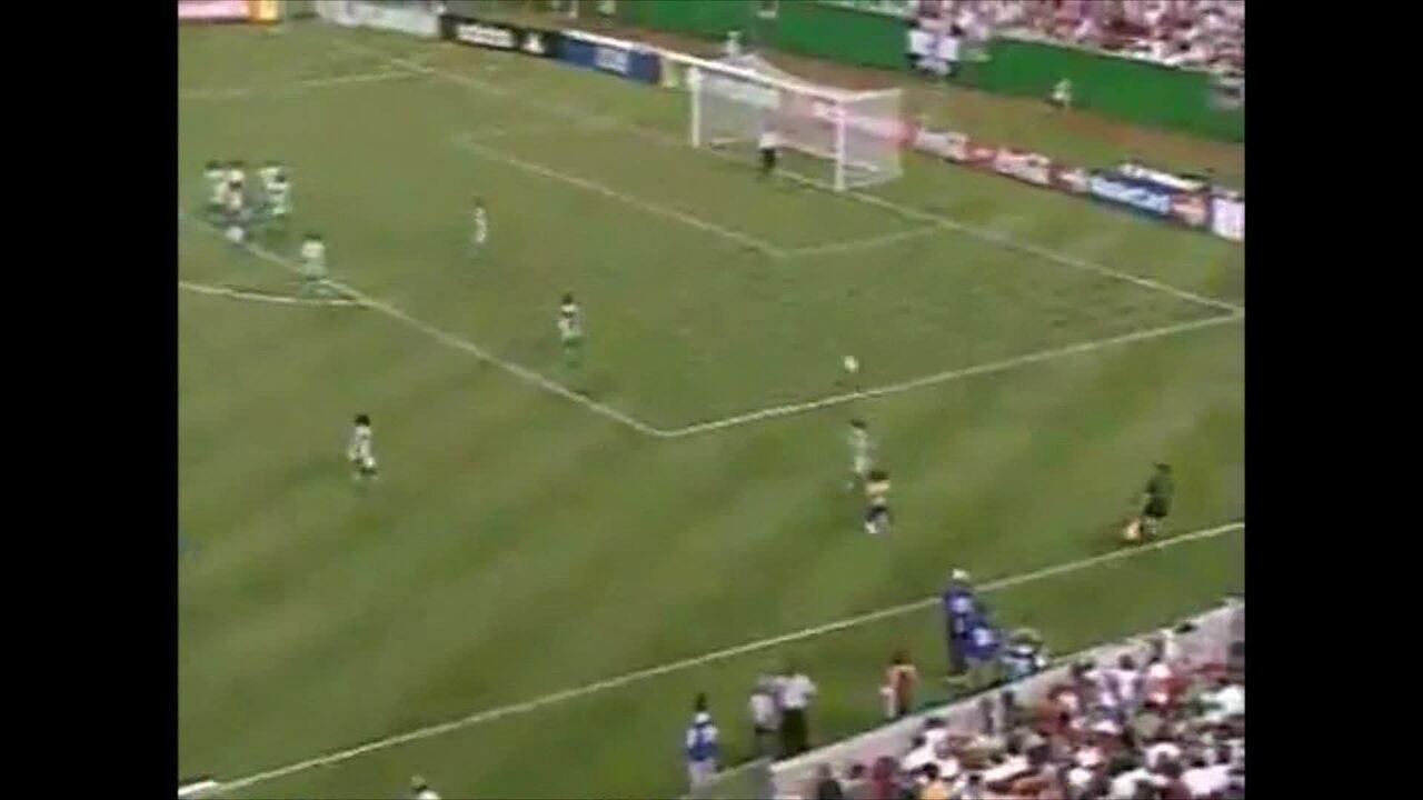 Nenê marca gol pela Seleção Brasileira